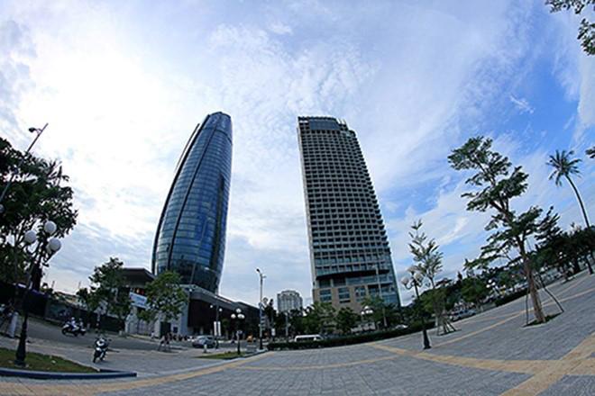 Trung tâm hành chính Đà Nẵng (bên trái).