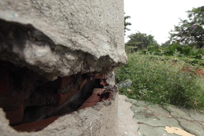 Vết nứt rộng hơn 10cm, dài khoảng vài mét
