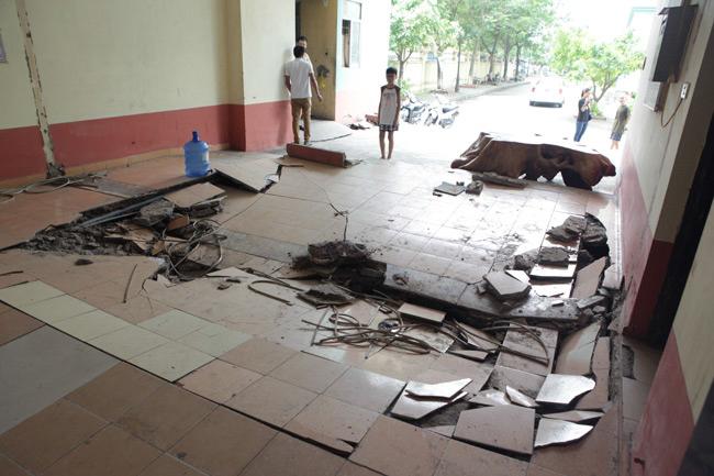 Nền sàn nhà trước lối vào thang máy bị sập xuống khoảng 20cm, diện khoảng 20m2 vào 22h đêm, ngày 12/8