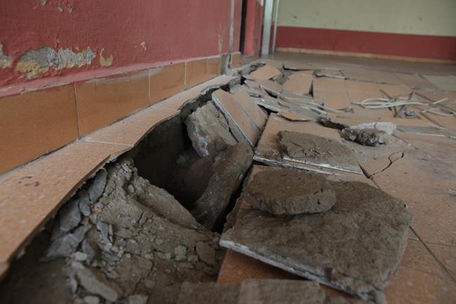 Vụ sập nền nhà tạo ra những hố sâu, kéo dài sát mép giữa tường và nền nhà