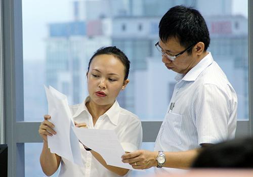 Công chức làm việc bên trong toà nhà Trung tâm hành chính Đà Nẵng. Ảnh: Nguyễn Đông.