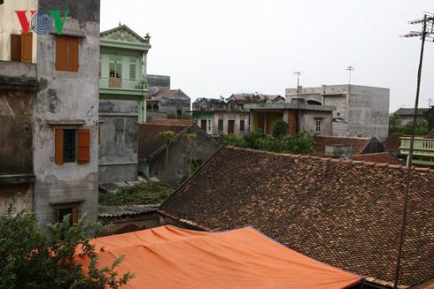 Những ngôi nhà mái ngói dần bị lép vế (Từ Sơn, Bắc Ninh)
