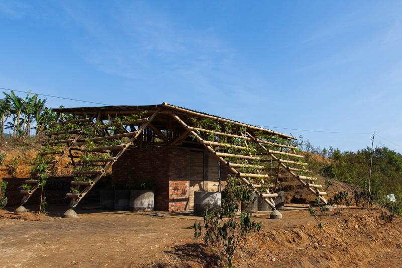 Vườn vệ sinh nằm ẩn dưới 1 sườn dốc ở chân núi Phjia Dạ