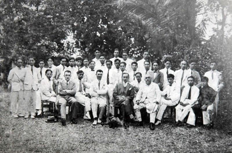 Giảng viên và sinh viên Trường Mỹ thuật Đông Dương, thập niên 30, thế kỷ XX Ảnh tư liệu gia đình KTS Nguyễn Văn Ninh – KTS Đoàn Đức Thành sưu tầm