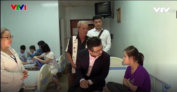 Ông Nguyễn Tristan Chinh và gia đình cháu Trần Nguyễn Xuân Vi trong chương trình trái tim cho em