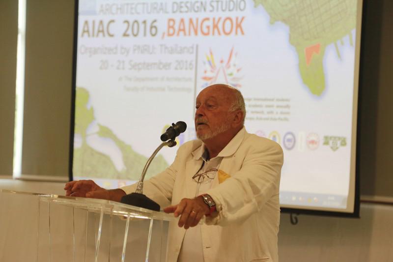 Gs Eric Dubosc chủ tịch AIAC phát biểu khai mạc triển lãm.