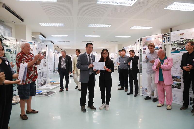 Bạn Ngô Thanh Hà Tiên – 57kdf đại diện nhóm tác giả nhận giải thưởng danh dự do Chủ nhiệm khoa kiến trúc trường đại học Phranakorn Rajaphat trao tặng.
