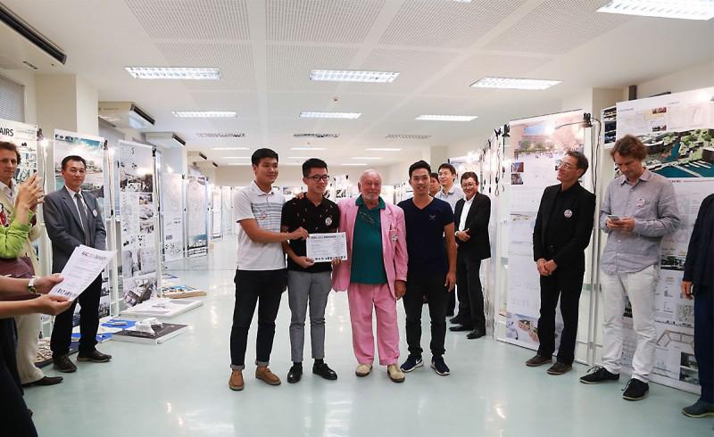 Nhóm tác giả nhận giải Nhất từ Chủ tịch AIAC – GS Eric Dubosc ( Đỗ Đình Trọng-58kdf, Đường Văn Mạnh-57kdf, Phan Trọng Lịch-57kdf).