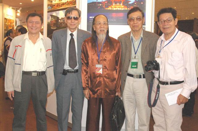 PGS.TS. Trương Quang Thao (đứng giữa) trong Lễ kỷ niệm ngày Kiến trúc Việt Nam