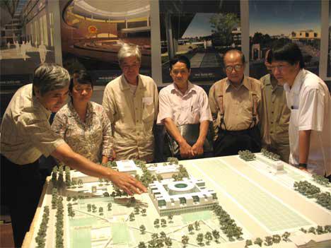 """PGS.TS.KTS.NGƯT Lê Thanh Sơn (ngoài cùng bên phải) trong buổi góp ý phương án thiết kế Nhà Quốc hội""""Thiết kế nhà phố xanh 2012"""""""