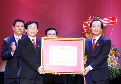 Thừa ủy quyền của Chủ tịch nước, Bộ trưởng Bộ Xây dựng Phạm Hồng Hà trao tặng Huân chương lao động hạng Nhất (lần thứ 2) cho trường ĐHKT.