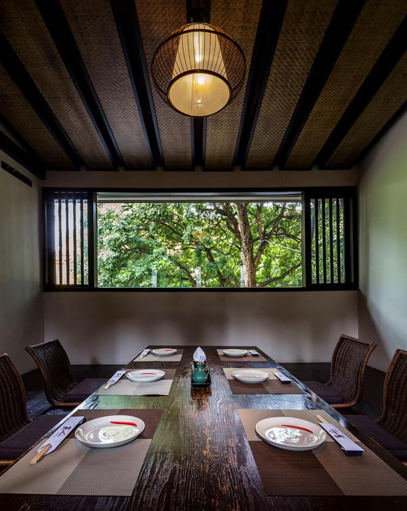 Phòng ăn riêng tư tầng 2 với tường xây khép kín.