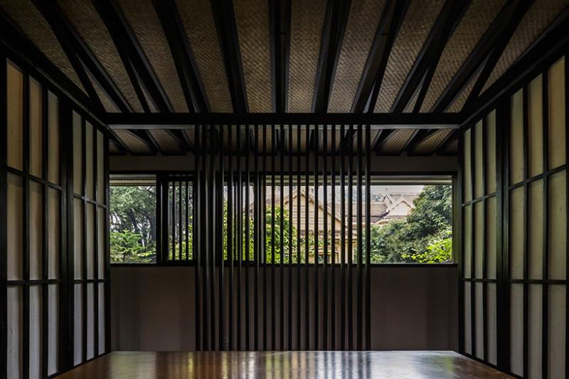 Phòng ăn riêng tư với các vách ngăn được mở ra vào ban ngày.