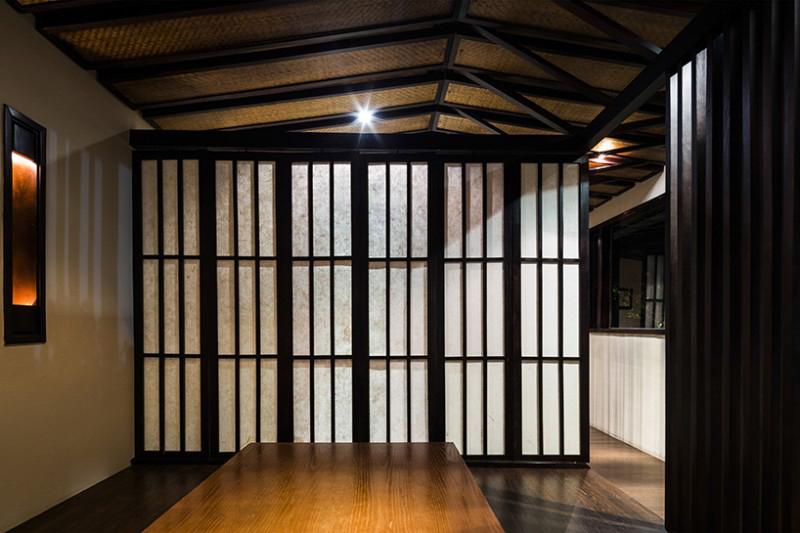 Phòng ăn vào ban đêm khi toàn bộ cách vách ngăn được mở ra, phân chia không gian thành các khu ăn nhỏ hơn.