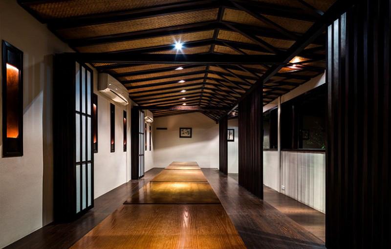 Các bàn ăn nhỏ được xếp nối liền nhau xuyên suốt theo chiều dọc căn phòng.