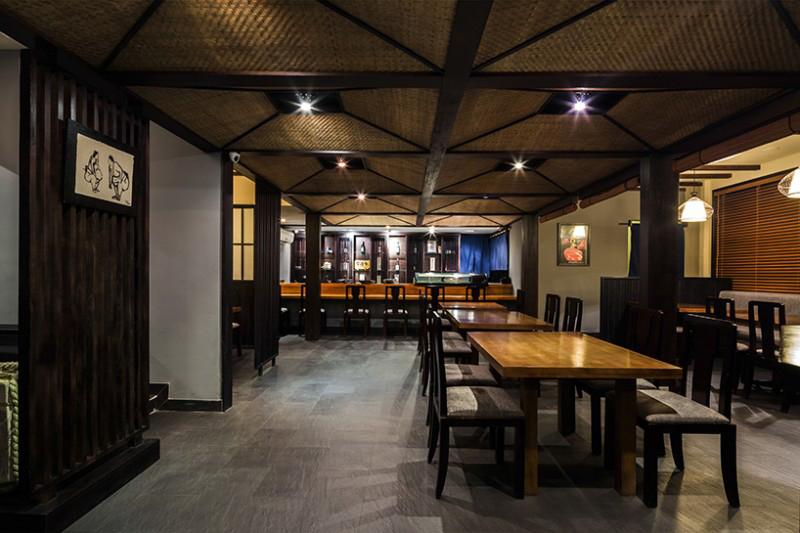 Phòng ăn tối gồm các ghế ngồi tự do và Sushi Bar.