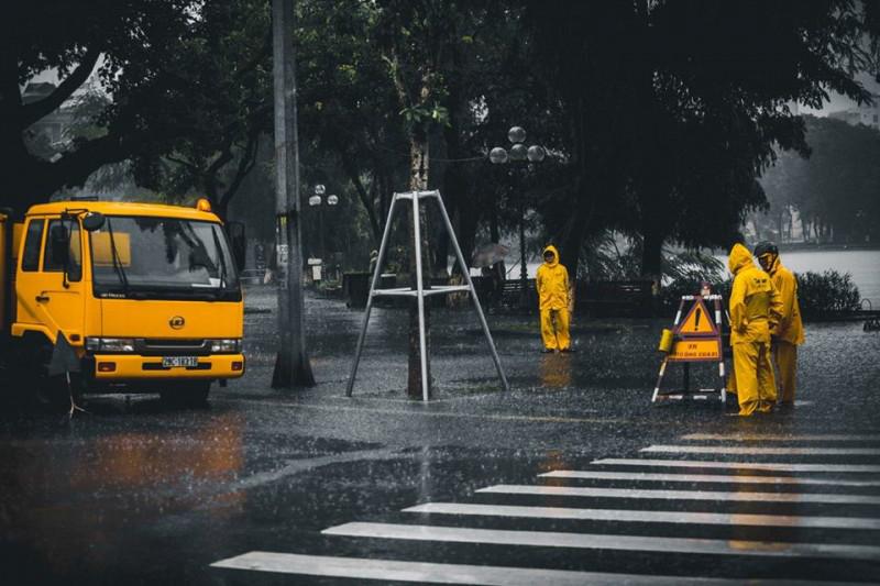 Những người công nhân thoát nước trong cơn bão số 3 - Đặng Bảo Anh