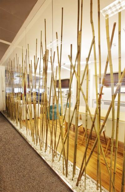 Những thân cây mảnh mai tạo ra bức vách ngăn cách thanh lịch giữa các phòng.