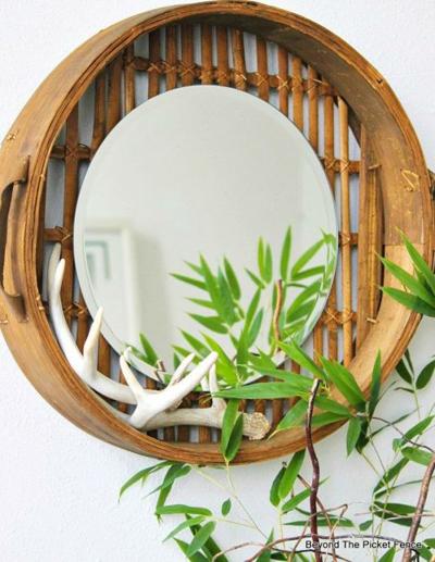Chiếc gương làm thủ công kết hợp với cây trúc cảnh sẽ giúp ngôi nhà có chất thiền tĩnh lặng.