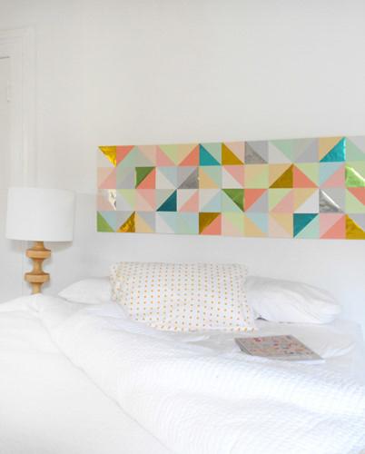 Điểm nhấn ở bức tường bằng giấy tam giác này là những mảnh giấy kim loại, phản chiếu ánh sáng lấp lánh.