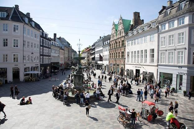 Stroget – con đường cổ nhất Copenhagen dài hơn 2km, chỉ dành cho những người đi bộ, luôn đông nghịt người qua lại.
