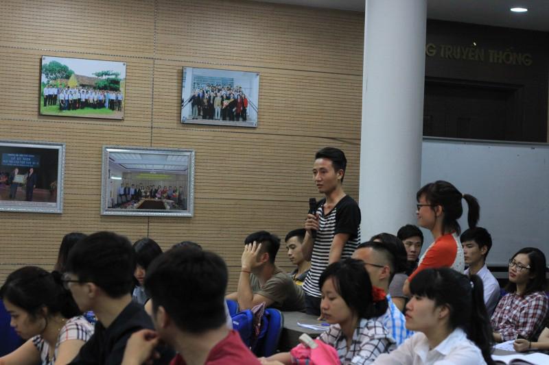 Sinh viên tham dự tọa đàm đặt câu hỏi với diễn giả