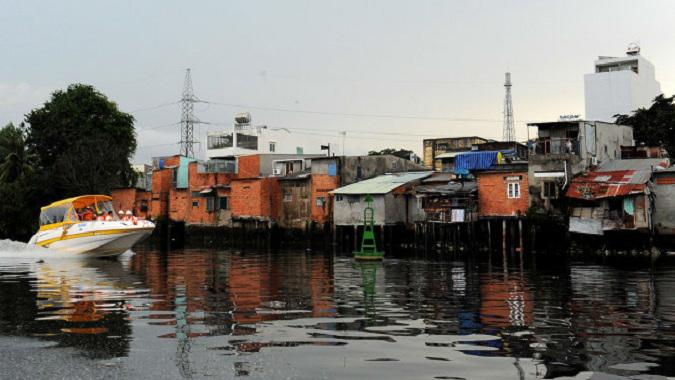 Khu nhà ven sông tại khu vực bến Phú Định quận 8 TP HCM – Ảnh Tự Trung