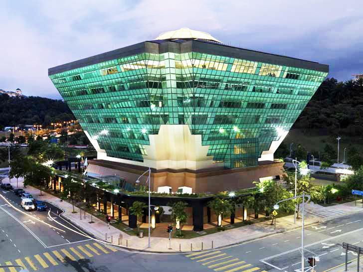 Tòa nhà Văn phòng ST Diamond Building, Malaysia đóng kín ĐHKK. Vỏ toàn kính, hướng Đông & Tây: kính Low-E, hướng Bắc & Nam: kính thường.