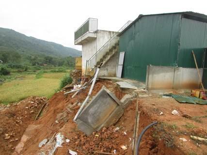 Nhiều hạng mục của trường Phổ thông DTNT THCS huyện Quế Phong bị hư hại do lũ.