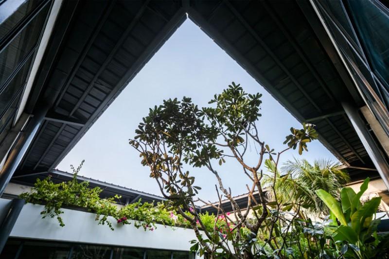 Cửa thông gió mang đến ánh nắng và không khí trong lành vào bên trong