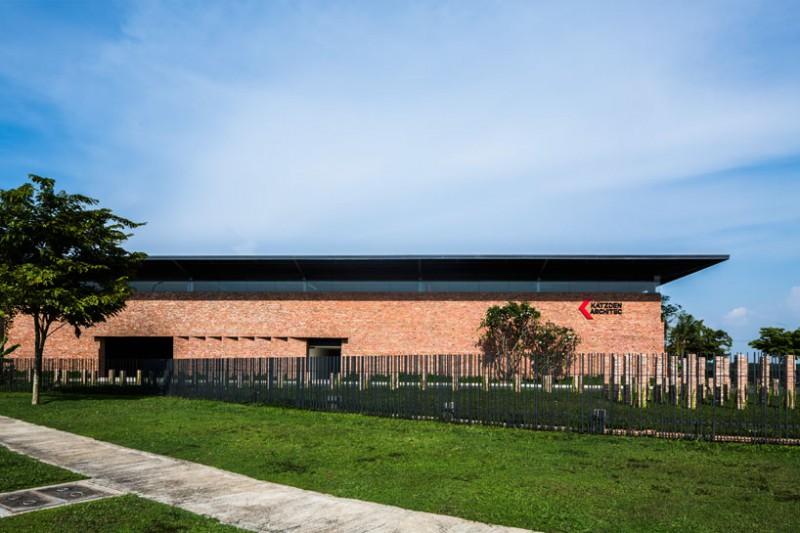 Phần mái làm bằng kim loại tôn mạ kẽm được nâng lên để tạo thành dạng mái nhà 3m