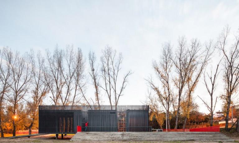 Ngôi nhà chống lũ lụt bao bọc bởi vật liệu nhựa tái chế