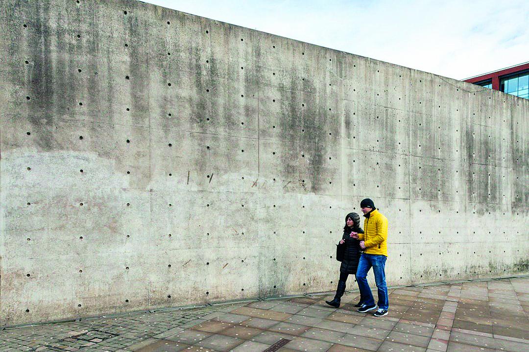 Tường ở công trình Piccadilly Gardens Pavilion được người dân ví với bức tường Berlin, và rõ ràng họ có lý khi nói như vậy