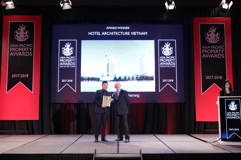 Đại diện Tập đoàn Finko lên nhận giải thưởng ở hạng mục 'Kiến trúc Khách sạn'