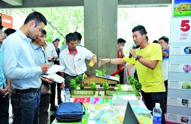 1. Nhóm sinh viên trình bày về ý tưởng Thư viện Xanh trước hội đồng Giám khảo