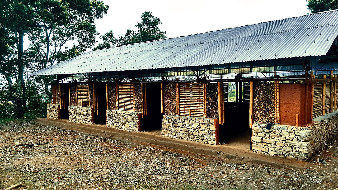 Trường học xây dựng bằng tre và đất sét ở Gorkha, Nepal