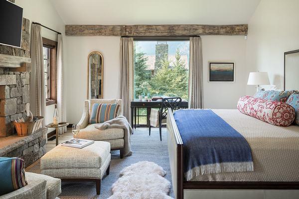 Với các cửa sổ lớn vừa lấy được ánh sáng tự nhiên vừa tạo vẻ hiện đại cho căn phòng ngủ