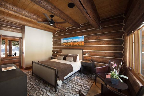 Sử dụng gỗ trong thiết kế trần và sàn gỗ sẽ khiến căn phòng ngủ ấm cúng hơn
