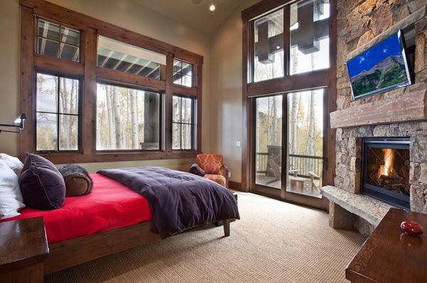 Thiết kế phòng ngủ theo phong cách hiện đại nhưng vẫn giữ nguyên vẻ cổ điển, các kiến trúc sư đã sử dụng gỗ và tường đá cùng hệ thống lò sưởi ấm cúng