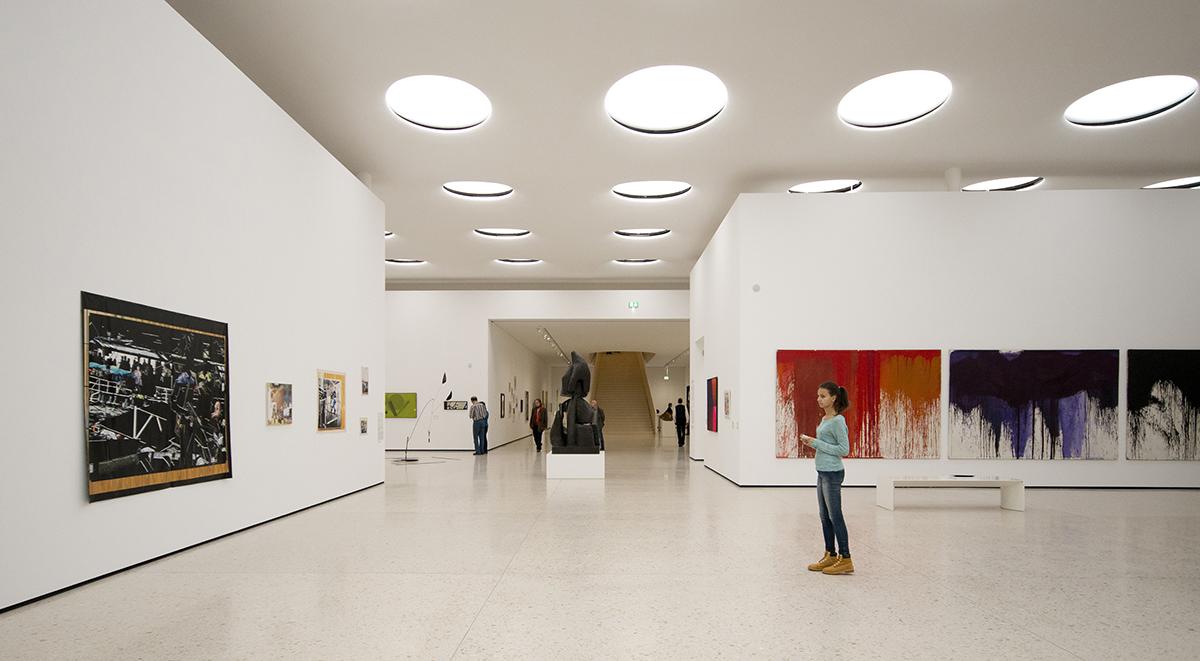 Trong những không gian trưng bày, bảo tàng, ánh sáng tự nhiên được ưu tiên lấy từ trên mái theo phương thẳng đứng. Ở đây, ô lấy sáng tự nhiên được sử dụng đồng thời là nguồn sáng nhân tạo với hệ kính tán xạ ánh sáng.