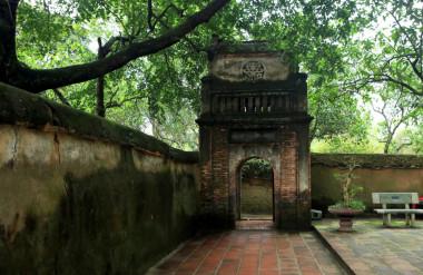 Cổng vào chùa nền lát đá muối có kích thước to nhỏ khác nhau, xây theo kiến trúc thời Nguyễn, mang dáng dấp gác chuông