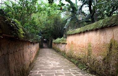 Hai bức tường xây bằng đất trên đường dẫn vào chùa Bổ Đà