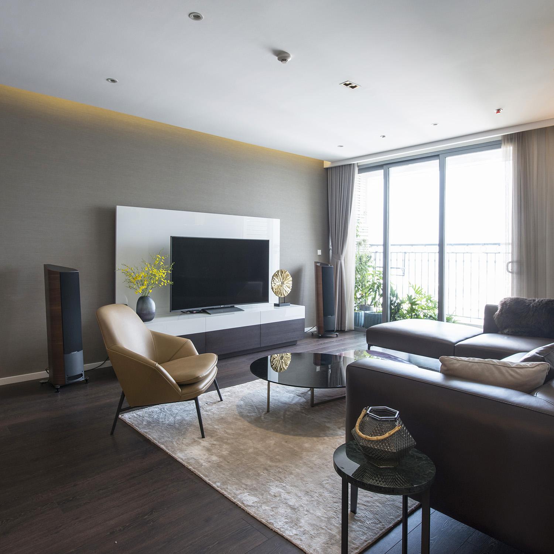 Vị trí nguồn sáng tự nhiên đóng vai trò lớn trong việc bố trí đồ nội thất. Những đồ có khối tích lớn thường được tránh trưng bày tại khu vực này.