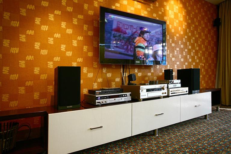 Với công nghệ tivi mỏng như hiện nay có thể treo lên tường như một bức tranh.