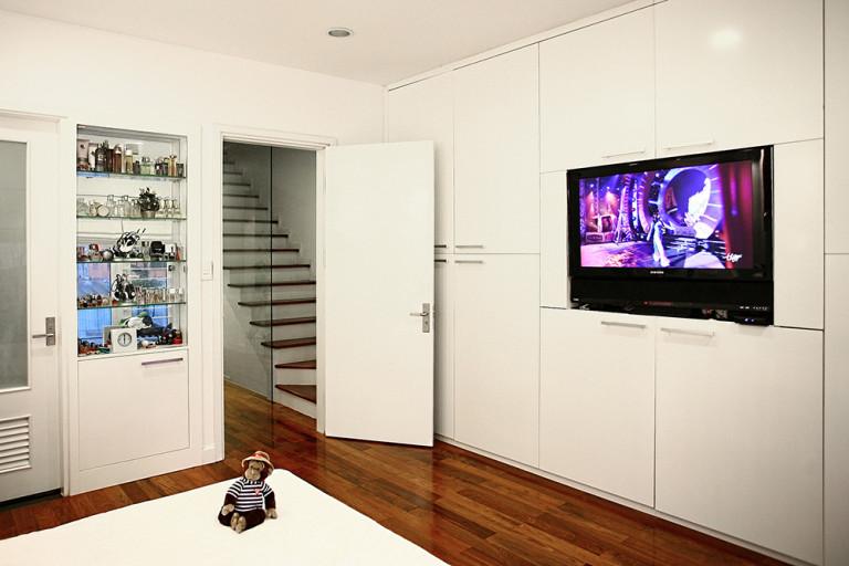 Tivi gắn lên tủ quần áo như một điểm nhấn trang trí