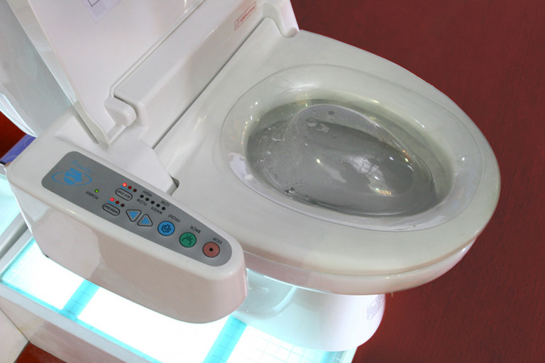 Thiết bị vệ sinh cũng có điều khiển điện tử
