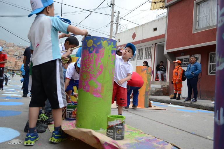 Trẻ em chung tay làm bừng sáng một con phố tại Bogotá