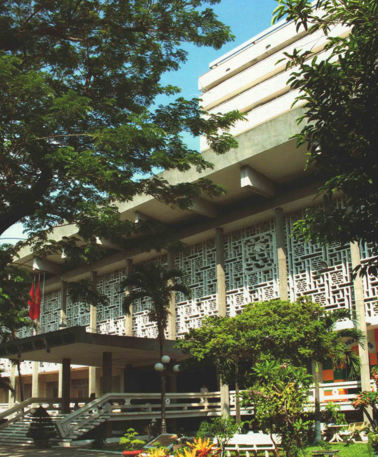 Hinh 3. Thư viện quốc gia (1968-1972), KTS Nguyễn Hữu Thiện, KTS Bùi Quang Hanh thiết kế và được xây dưng trên nền của Nhà tù trung tâm thời Pháp.