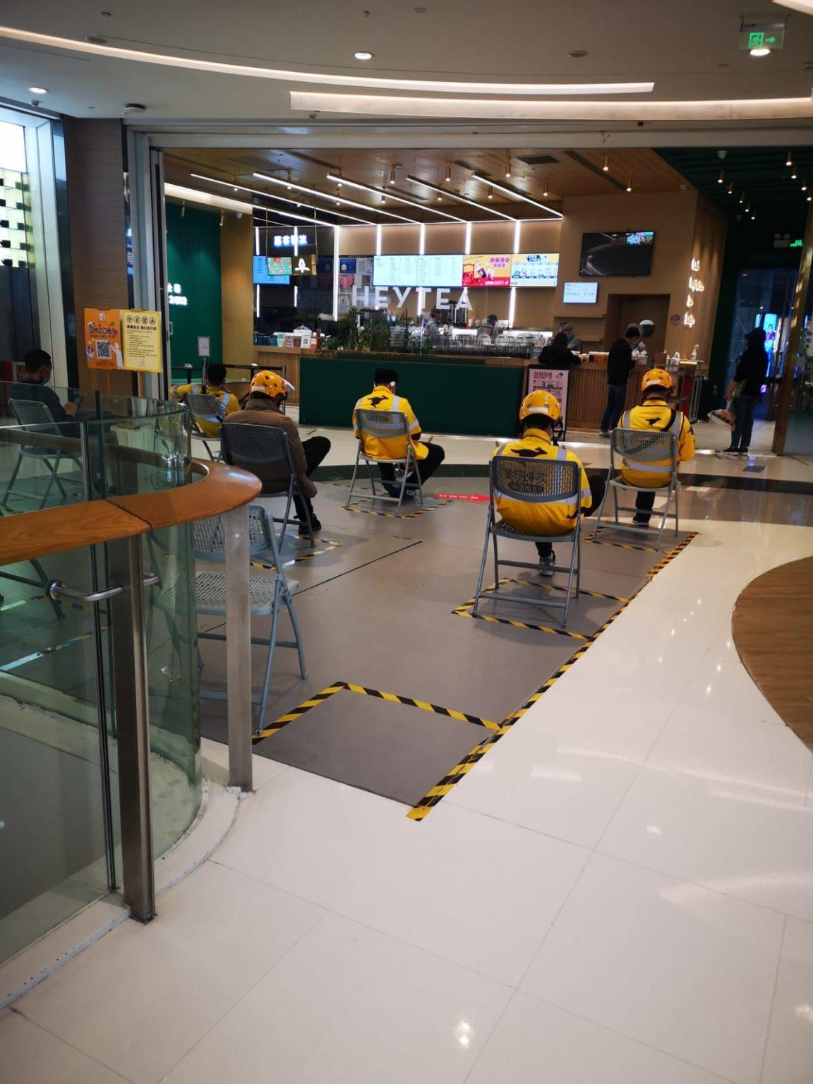 Giao thức giãn cách xã hội được quan sát thấy trong một quán cà phê mới mở lại gần đây; hình ảnh: BuzzFeed