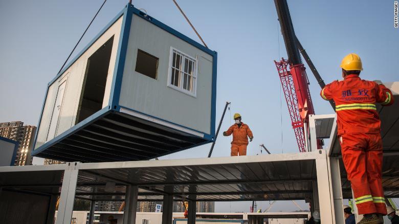 Một công-ten-nơ tiền chế đang được nâng lên trong quá trình xây dựng Bệnh viện Huoshenshan; hình ảnh: CNN